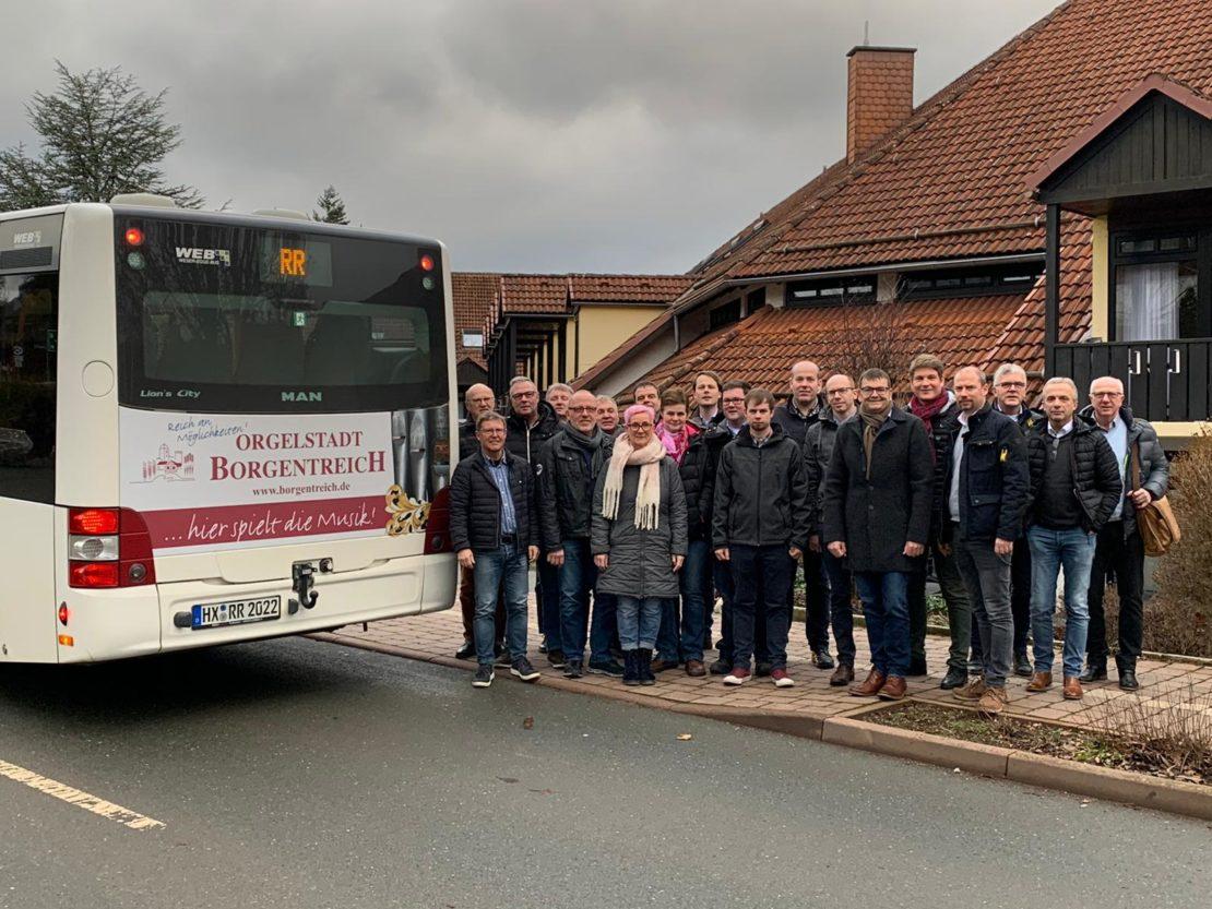 CDU-Stadtratsfraktion Borgentreich vor einem Bus